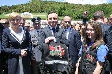 Prezydent RP Andrzej Duda, z rąk Klaudii Chmielewskiej z Marek, przyjmuje kamizelkę Rajdu Warszawa-Monte Cassino foto. Kancelaria Prezydenta RP