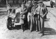 89_Wyscigi_samochodowe_w_Strudze_1932_05_Widoczny m.in. zdobywca pierwszego miejsca w klasyfikacji ogólnej Żukowski (bez czapki)_NAC