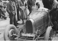 90_Wyscigi_samochodowe_w_Strudze_1932_05_Uczestnik wyscigu_Jiri Lobkowitz_w_samochodzie_Bugatti_NAC