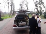 Wyjazd trumienki z kościoła św. Izydora w Markach na lokalny cmentarz