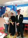 Flora i John Briggsowie z panią Mariolą z przedszkola SMERFY