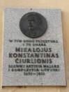 tablica pamiątkowa na Czerwonym Dworze ku pamięci litewskiego artysty Curlionisa