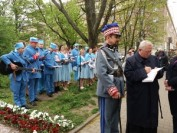 (od prawej) ks Józef Maj ze św. Katarzyny na Służewiu, w roli gen. Józefa Hallera Andrzej Górski z Marek, Strugi (300x225)