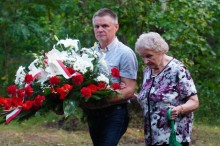 rodzina ofiar zbrodni Pani Wanda Jendrysiak z d. Kostrzewa z synem Kazimierzem
