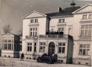 Pałacyk w scenerii zimowej tuz po zakonczeniu remontu. Fot. z lat  50 XX w. Żródło Internet.