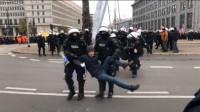 Policja warszawska wynosi KOD spod palmy Marsz Niepodległości 2019