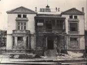 Remont elewacji frontowej palacyku po znisczeniach wojennych. Fot. z konca lat 40 XX w. Internet